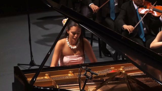 Mahani Teave playing the piano at a concert