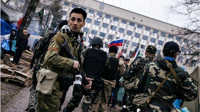 Луганськ, 13 квітня 2014 року. Проросійські активісти біля будівлі СБУ.