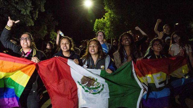 طلاب في جامعة كاليفورنيا يتظاهرون عقب انتخاب ترامب رئيسا.