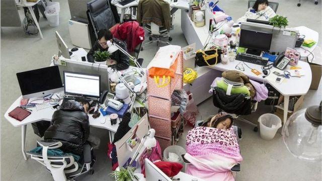 """中国的""""996""""现象,许多人干脆住在办公室(GETTY IMAGES)"""