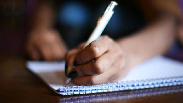 Рука з ручкою