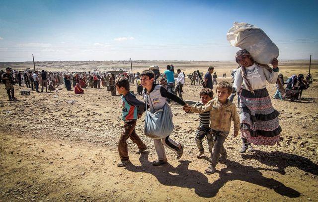 سوريون فارون من الحرب باتجاه الحدود التركية. سبتمبر/أيلول 2014