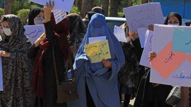 Las mujeres que se atreven a protestar frente a los talibanes en Afganistán  - BBC News Mundo