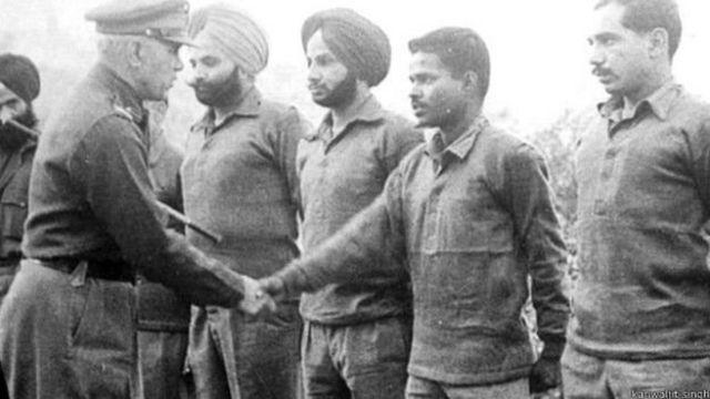 1965 போருக்கு பின் வீரர்களுடன் கைகுலுக்கும் மேஜர் ஜெனரலுடன் நிற்கும் கன்வல்ஜீத் சிங்