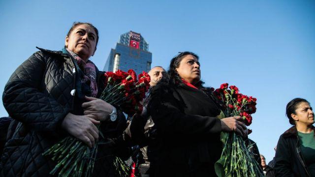 زوار يحملون الزهور لموقع الانفجار في انقرة السبت