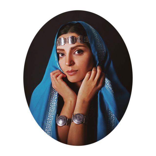 دوختهای روی لباسها نمادی از زنانگی و کوشش بر انعکاس زیبایی اوست.