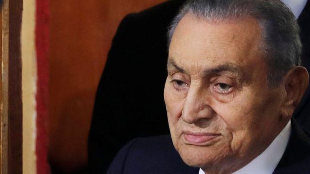 مبارك جاء إلى قاعة المحكمة في صحبة نجليه