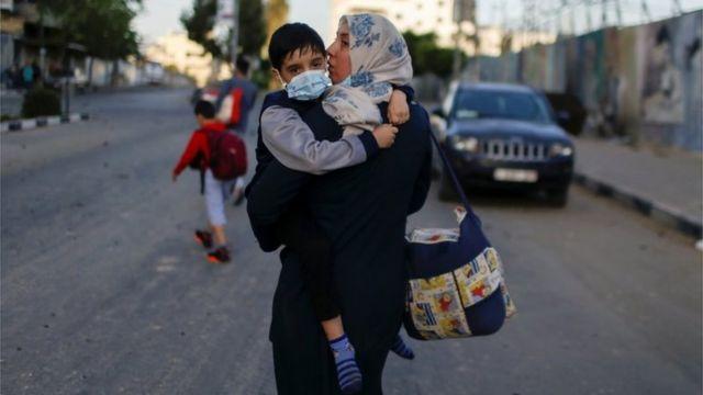 Палестинцы покидают один из домов в Газе