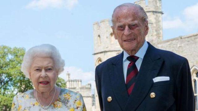 ملکه الیزابت و همسرش فیلیپ دیروز واکسن زدند