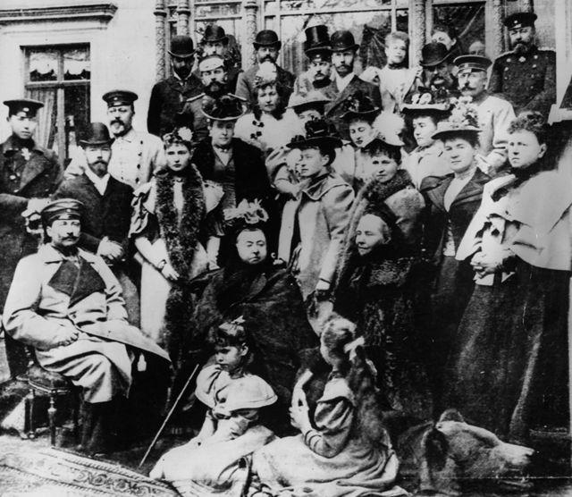 Nesta imagem de 1894, a rainha Vitória (embaixo, ao centro) aparece sentada com Guilherme à sua esquerda e Vicky à sua direita. Atrás de Guilherme está o futuro czar Nicolau 2º, ao lado de sua esposa, Alice; e atrás dele, aparece o futuro rei britânico Eduardo 7º
