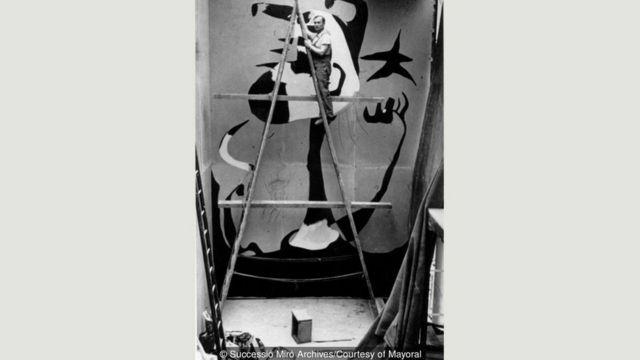 Joan Miro 'Oraqçı' adlı əsəri üzərində işləyərkən