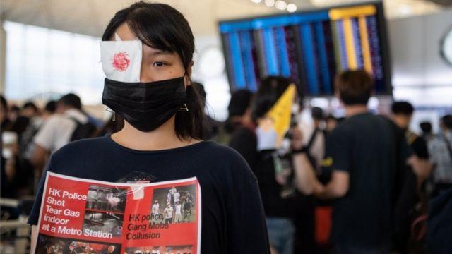 Una mujer con un parche en el ojo protestante en el aeropuerto de Hong Kong.