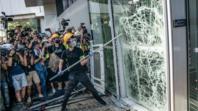 Người biểu tình phá vỡ tường và cửa kính của tòa nhà Quốc hội tại Hong Kong hôm 1/7/2019