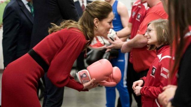 Герцогиня разговаривает с девочкой в центре для боксеров-любителей