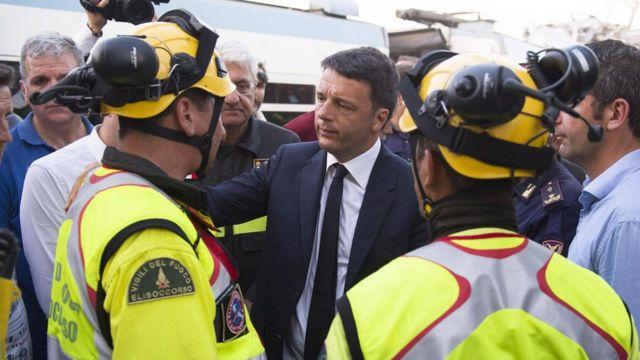事故現場を訪れたレンツィ首相(12日)
