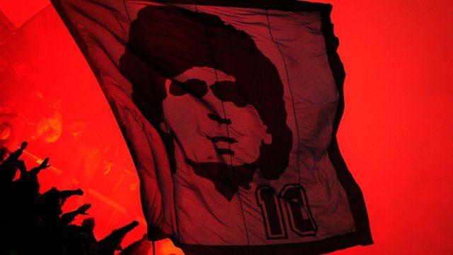 Bandera con el rostro de Maradona en un partido de Serie A entre el Napoli y el Inter.