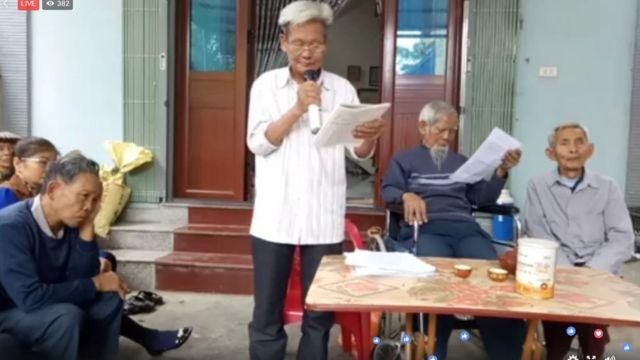 Ông Bùi Viết Hiểu phát biểu trong cuộc họp hôm 8/11 tại Thôn Hoành