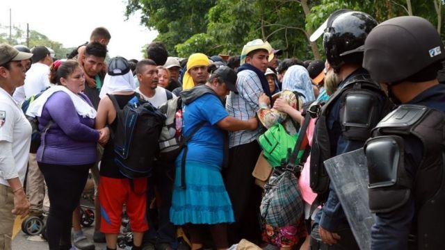 Inmigrantes salvadoreños en la frontera con México