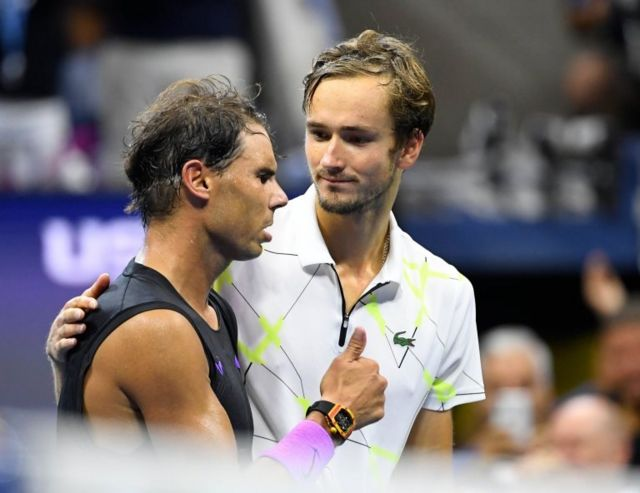 Daniil Medvédev abraza a Rafel Nadal