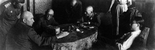 El emperador de Manchukuo, Puyi (derecha) siendo interrogado por el general ruso Pritoul (izquierda) después de su arresto.