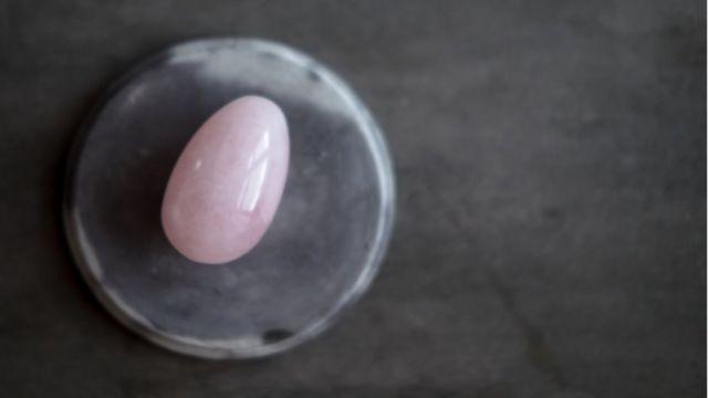 Huevo vaginal de cuarzo rosado.