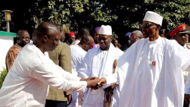 Barrow (i bubamfu) na Jammeh (hagati) baragiriraniye ibiganiro na prezida Buhari wa Nigeria mu ndwi iheze
