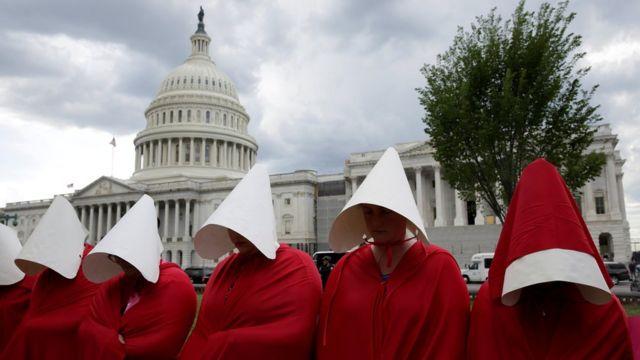 """Grupo de mujeres vestidas como las protagonistas de """"EL cuento de la criada"""""""