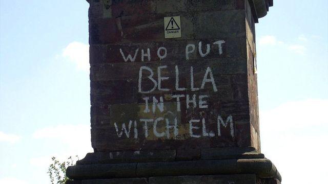 """""""¿Quién puso a Bella en el olmo?"""", escrito en la base de un monumento cercano al lugar donde la dejaron."""