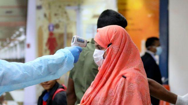 ঢাকার শাহজালাল আন্তর্জাতিক বিমানবন্দরে বিদেশ ফেরতদের স্বাস্থ্য পরীক্ষা করা হচ্ছে (ফাইল ফটো)