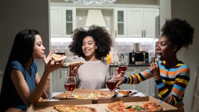 Mulheres comendo pizza