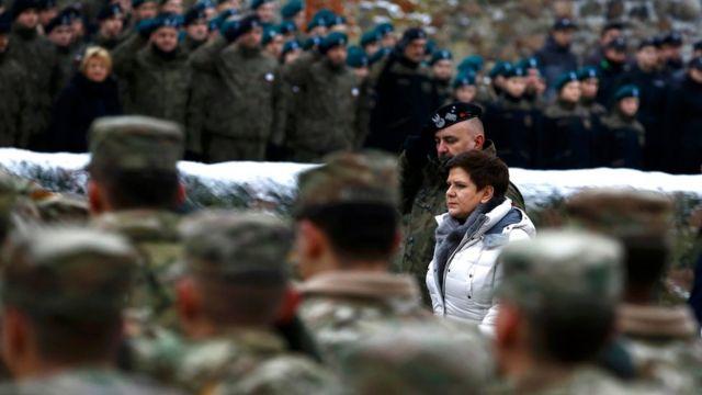 رئيسة الوزراء البولندية بياتا شيدلو والجنرال البولندي ياروسلاف ميكا، قائد الفرقة المدرعة الـ11 يشرفان على حفل الترحيب بالقوات الأمريكية في زاغان، شرقي بولندا، يوم السبت 14 يناير 2017