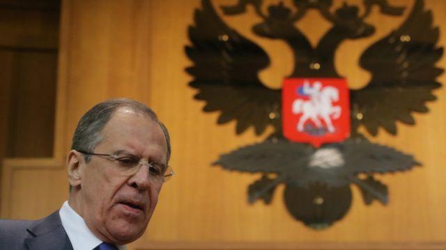Глава МИД России Сергей Лавров на фоне герба России