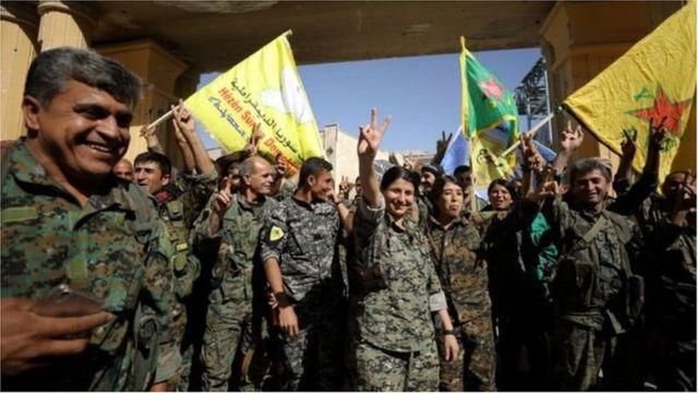Des combattants des forces démocratiques syriennes soutenus par les Etats-Unis à Raqqa, en octobre 2017