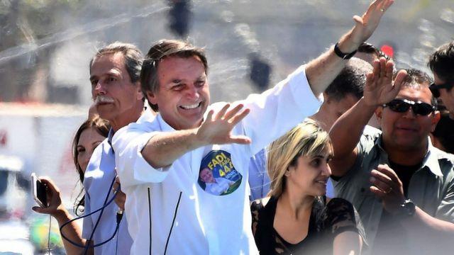 Bolsonaro, seçim önceki anketlerde favori aday olarak öne çıkıyor.