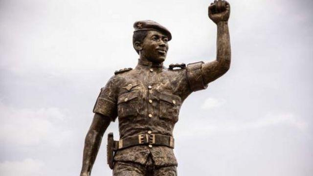 Estatua de bronce de Thomas Sankara en conmemoración de Concil de Lentente en la capital, Uagadugú
