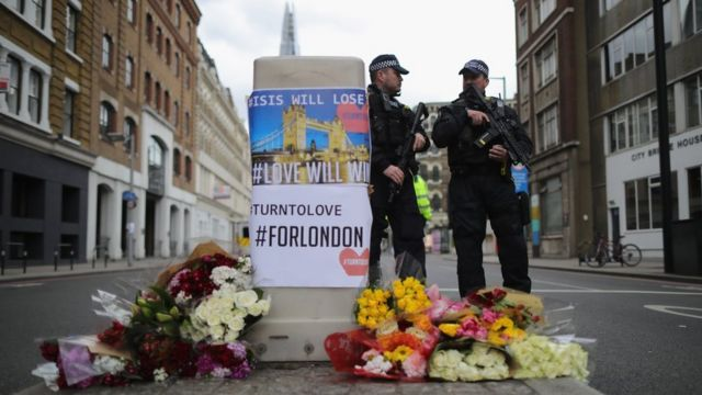 Homenaje a las víctimas con policías detrás en Londres.