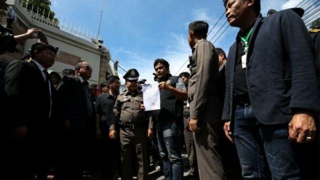 เจ้าหน้าที่ตำรวจเข้าค้นบ้านพักของน.ส. ยิ่งลักษณ์ ชินวัตร เมื่อวันที่ 28 ก.ย. 2560