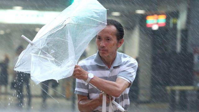 Čovek sa polomljenim kišobranom