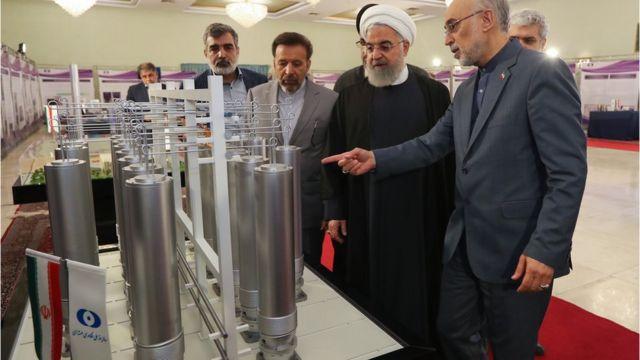 الرئيس روحاني يتفقد في طهران التكنولوجيا النووية مع علي أكبر صالحي.
