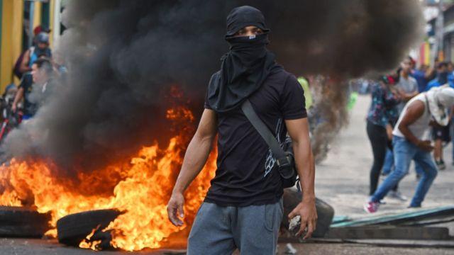 Venezuelans clash with national guards