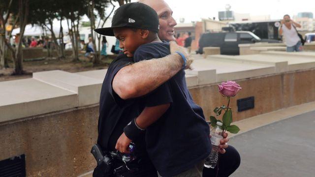 Policía blanco abraza a niño negro