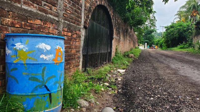 Cubo de basura en El Zonte