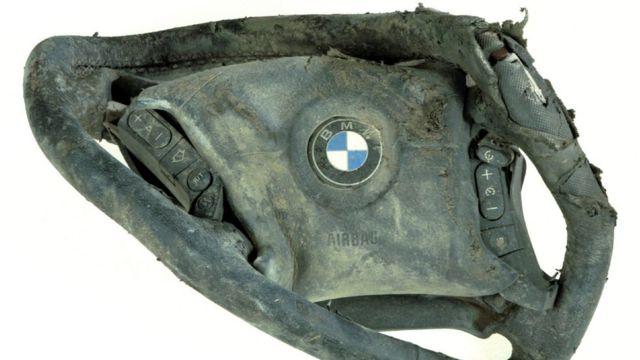 Timón de un automóvil BMW destruido en el 9/11