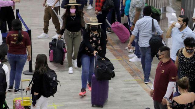Viajantes no aeroporto da Cidade do México