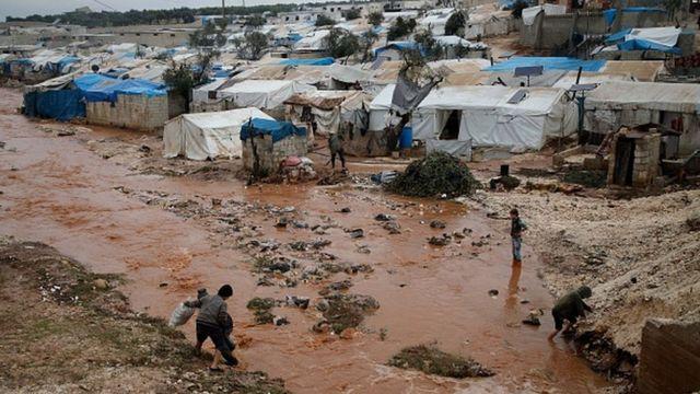 İdlib'deki Kah kasabası yakınlarında kurulan çadırkent de selden etkilendi.