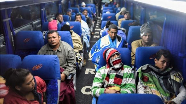 Imigrantes venezuelanos em ônibus para a fronteira Equador-Peru, em 22 de agosto de 2018