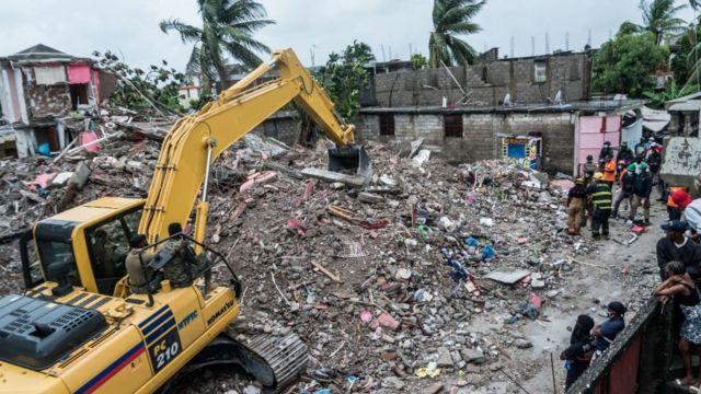 Grúa trabaja entre los escombros en un barrio en Les Cayes, Haití