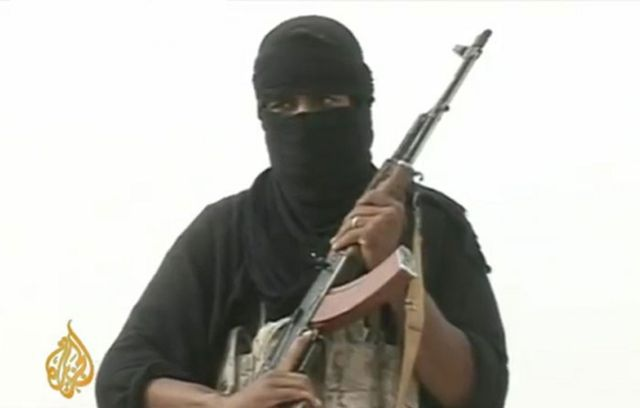 Miembro de al Qaeda sostiene un fusil (Foto: Al Jazeera)