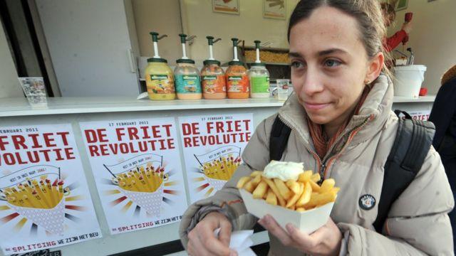 Mujer comiendo papas fritas