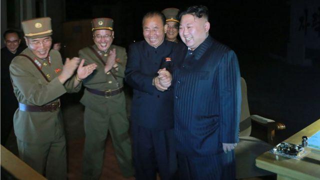 朝鮮電視台播出金正恩慶祝試射成功的畫面。